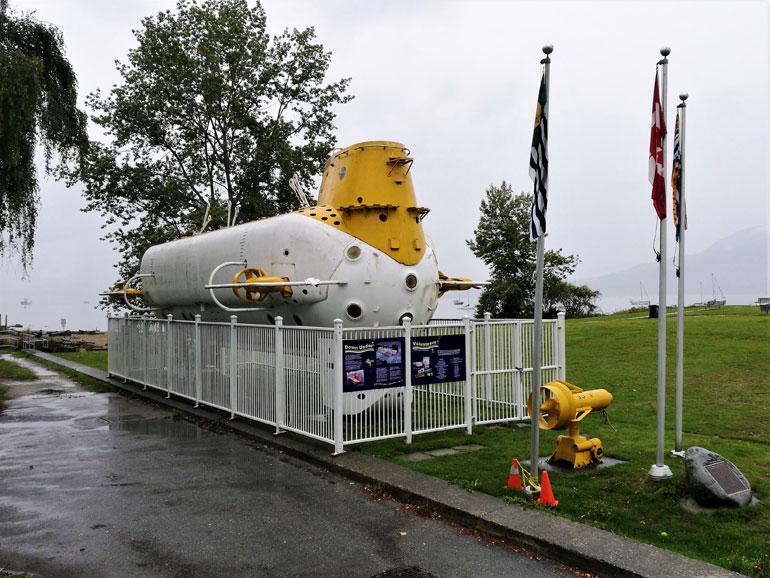 No exterior está o extraordinário submarino de Jaques Piccard, o BEN FRANKLIN, que em 1969 estudou a importante corrente do Golfo.