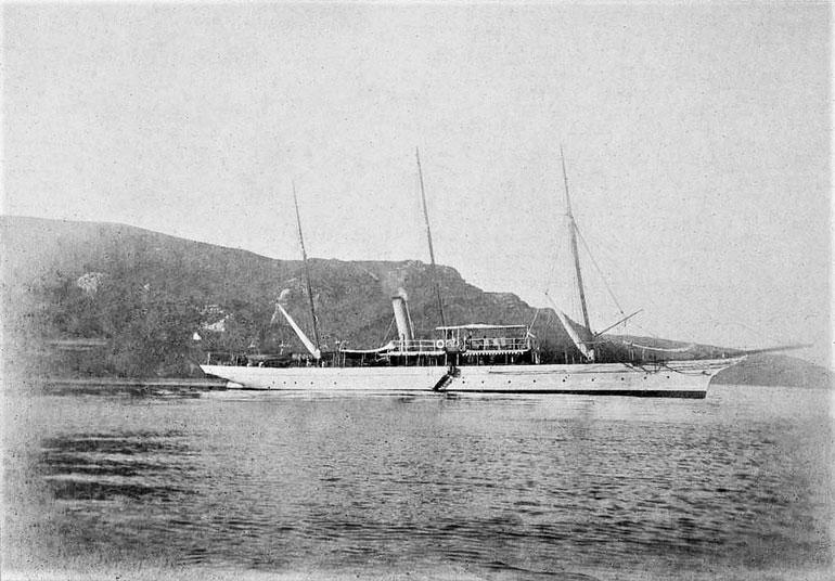 O Yacht AMÉLIA fundeado em Sesimbra, muito provavelmente em 1897.(Blog Restos de Colecção)