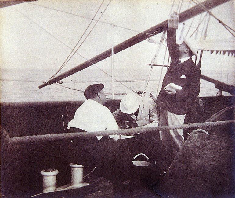 D. Carlos e alguns companheiros, escolhendo exemplares a bordo do Yacht AMÉLIA (foto arquivo do Museu de Marinha)