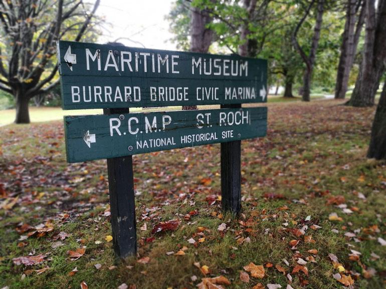 No início do Outono, o chão do Parque Vanier fica coberto de folhas de Bordo (Maple), com cores particularmente bonitas entre o laranja e o vermelho.