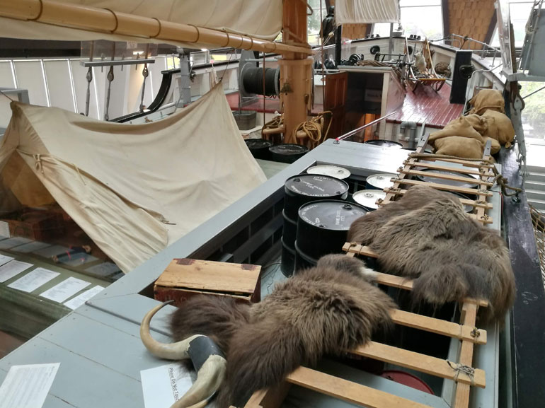 Vista dos materiais arrumados no tombadilho a EB. Todo o espaço é aproveitado para transportar equipamento e mantimentos para a viagem.