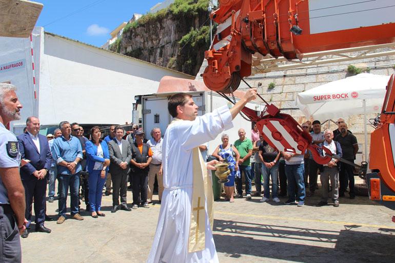 """O Padre Tiago Fonseca referiu a importância desta grua simbolizar a necessidade de sermos """"gruas"""" uns para os outros, isto é, de os pescadores cuidarem e se ajudarem uns aos outros no porto de pesca da Ericeira"""
