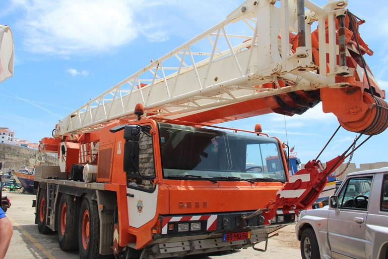 A grua FAUNN 50T que agora está ao serviço dos utentes do porto da Ericeira