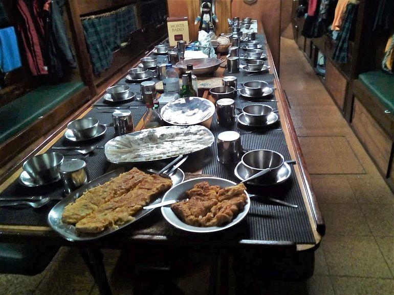 À hora de jantar apreciávamos as iguarias preparadas pelo Eugénio