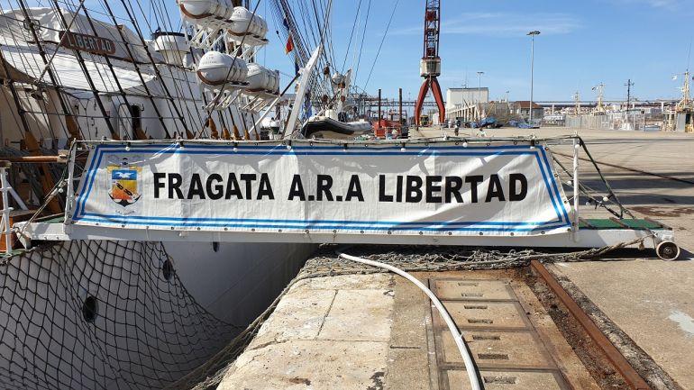 A bonita sanefa da prancha para embarque na Fragata (foto do autor)