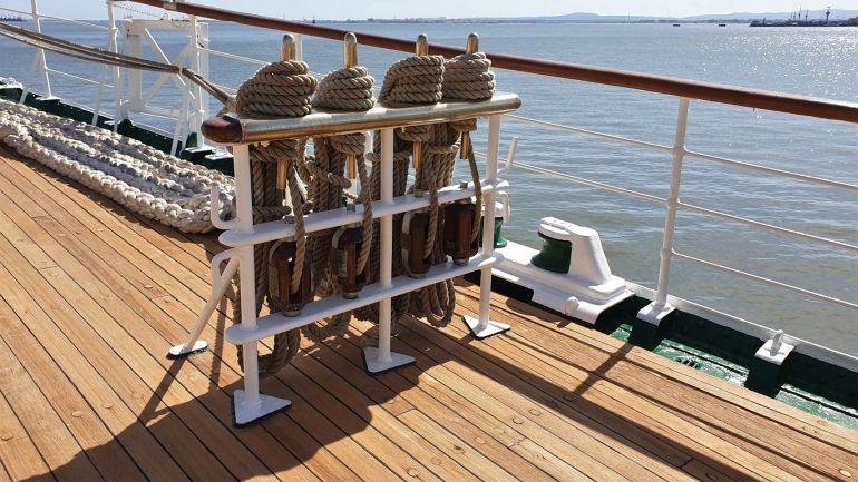 No castelo, junto à amura de estibordo, registámos uma mesa de malaguetas com os cabos impecavelmente colhidos (foto do autor)