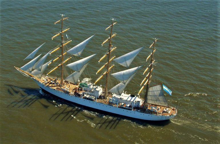 O navio-escola argentino a navegar a todo o pano (foto Armada Argentina)
