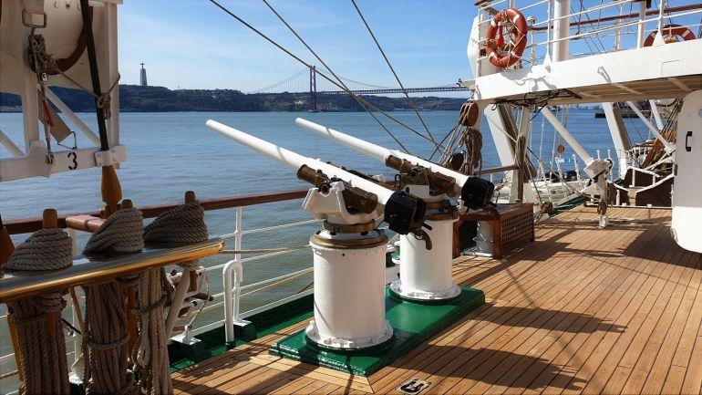 Os dois reparos de 47mm, montados na amura de estibordo (foto do autor)