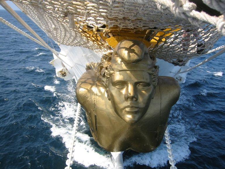 A República Argentina, rasga as águas na proa da Fragata LIBERTAD (Foto gentileza de Histarmar)