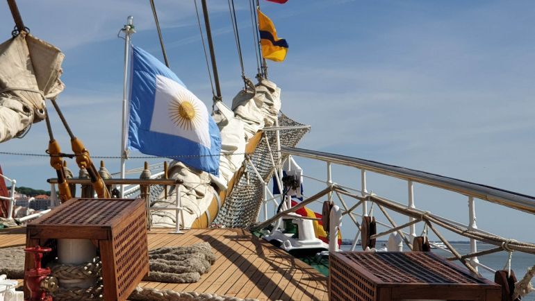 O jaque da Armada Argentina, flutua na proa no navio. (foto do autor)