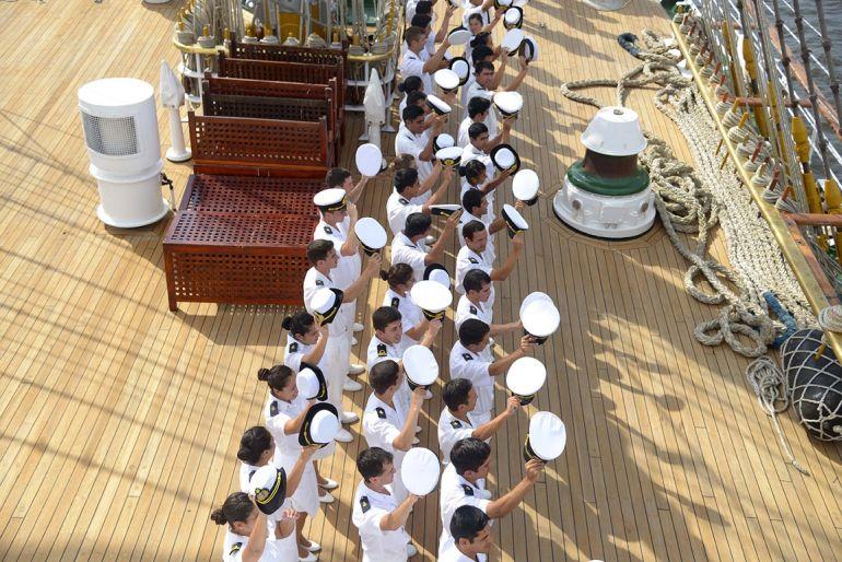 Os guardiamarinas saúdam uma personalidade em terra_ - Vivó! (fotografia Armada Argentina)