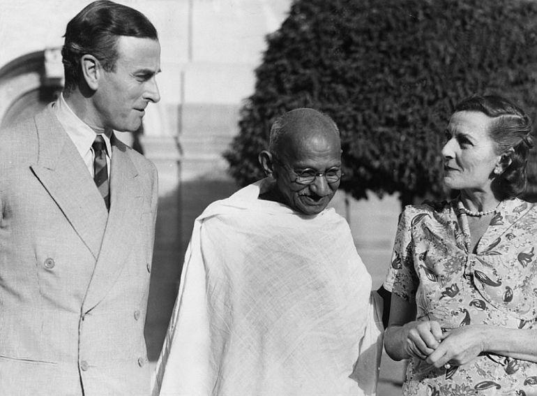 Gandhi com o casal Mountbatten, 1947.