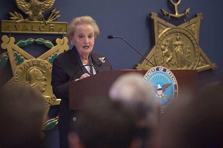 Madeleine Albright, discursando em Junho de 2016 (foto Adrian Cadiz, Departamento da Defesa dos EUA)