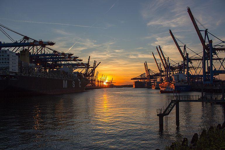 O porto de Hamburgo (foto de klaushh por Pixabay)