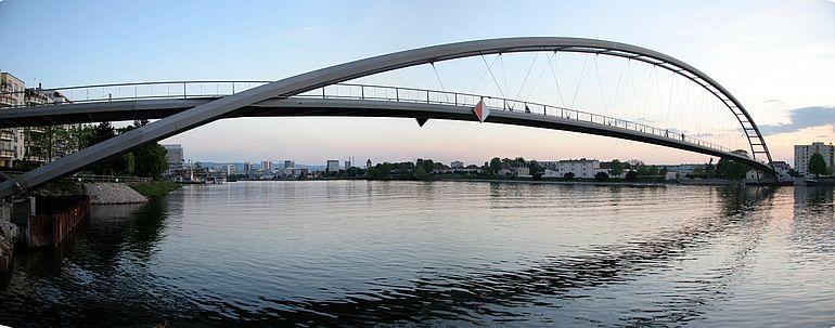 Ponte Pedonal dos três países sobre o Reno (foto de Gregorhoell)
