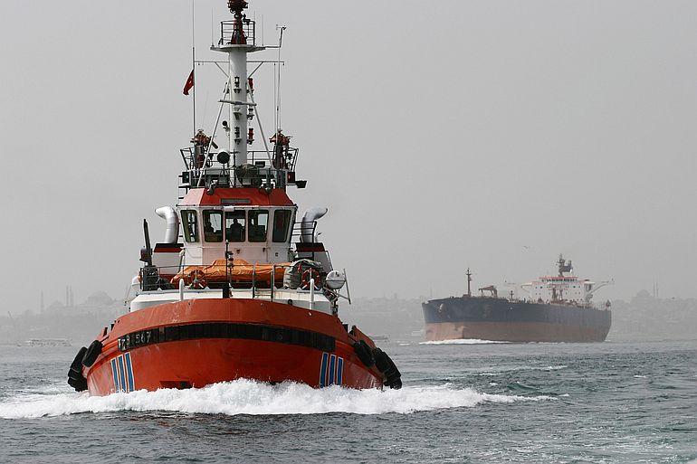 Um navio tanque atravessa o Bósforo (foto de Gerholdt por Pixabay )