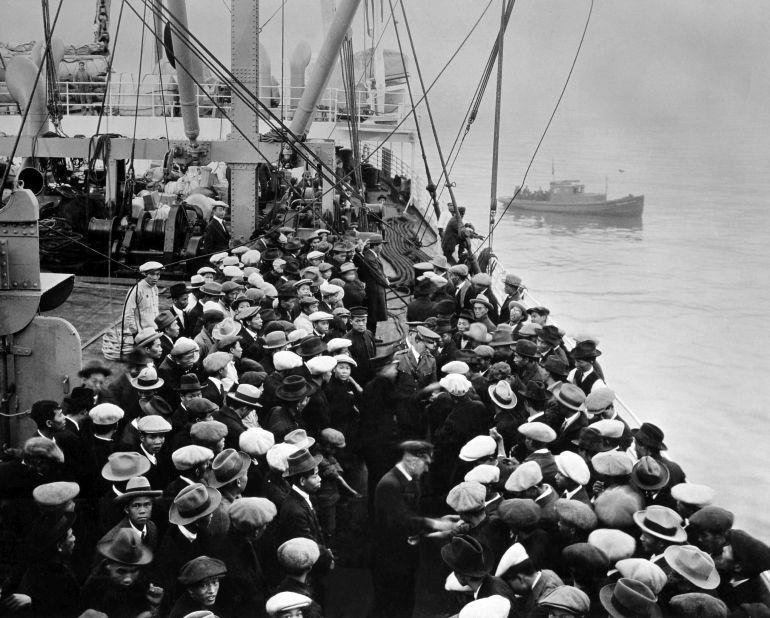 Emigrantes a bordo dum cargueiro a caminho do sonho americano, durante a primeira metade do século XX.