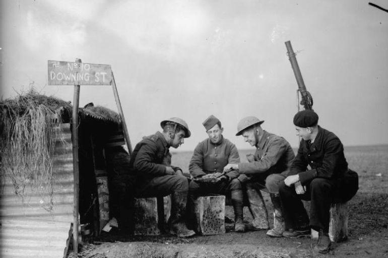 Elementos do Corpo Expedicionário Britânico e da Armée de l'Air num campo de aviação francês, durante a Phoney War, 28 November 1939. (foto IWM)