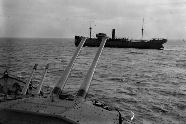 Navio cargueiro escoltado por um navio de guerra, no Atlântico, durante a segunda guerra mundial.