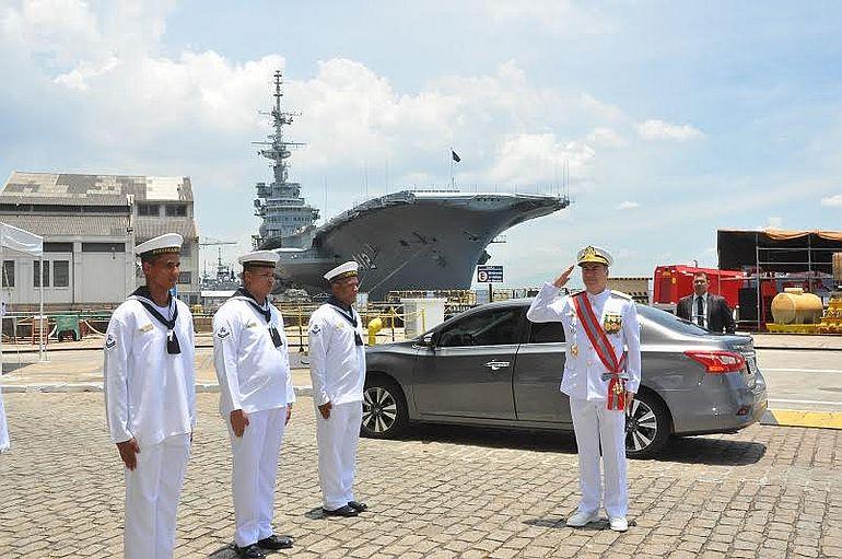 O Almirante de Esquadra José Augusto Vieira da Cunha de Menezes chegando ao Arsenal de Marinha do Rio de Janeiro (foto DGMM)