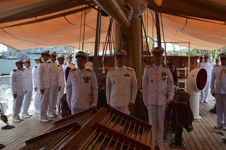 O almirante de esquadra Leonardo Puntel e os comandantes, empossado e cessante, perfilados junto ao mastro da mezena, durante a cerimónia (foto da autora)