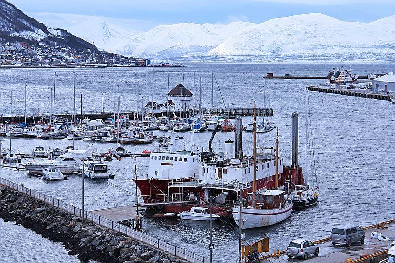 Porto de Tromso, no Ártico norueguês onde os plásticos estão a chegar em força. (imagem de Sharon Ang por Pixabay)