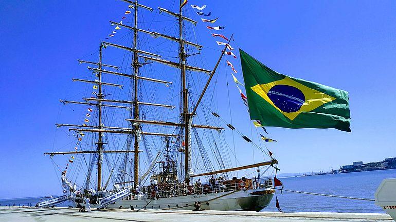 O Navio da Marinha do Brasil NVe CISNE BRANCO, no passado mês de setembro, atracado no cais da Rocha do Conde de Óbidos, em Lisboa. O CISNE BRANCO, com armação vélica em galera, tem 76m de comprimento e desloca 1.038 toneladas. Por comparação, o NRP SAGRES, que é uma barca, tem 89m de comprimento e 1.940 toneladas de deslocamento. (foto Silvia Dumont)