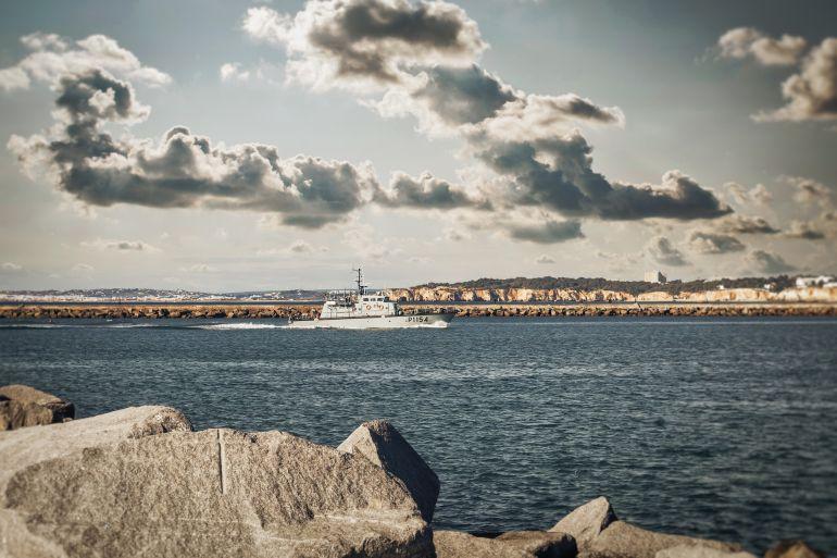A lancha de fiscalização NRP HIDRA a entra a barra de Portimão (foto de ddzphoto via Pixabay)