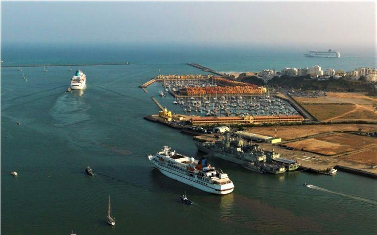 Dois navios de cruzeiro saindo a barra do Arade, passam o cais militar (Ponto de Apoio Naval) e a Marina. (foto Bruno Fonseca e Ramiro Spinedi)