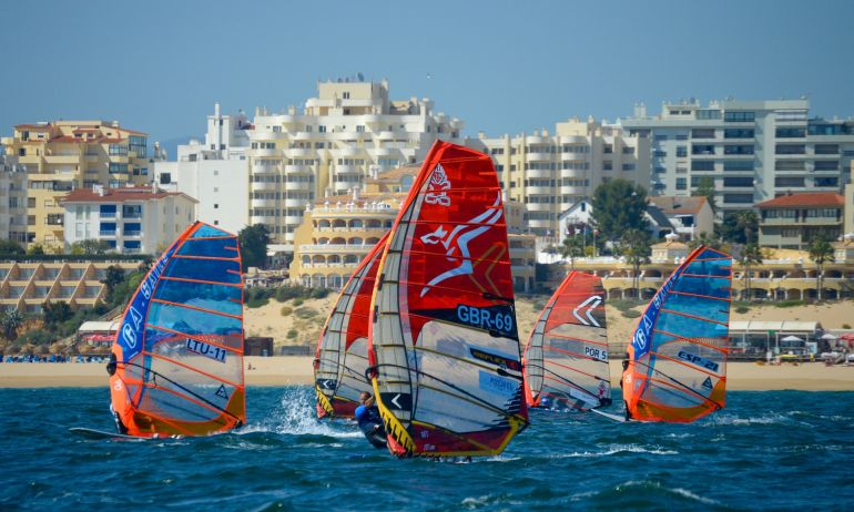 Velas em regatas no Portimão Windsurfing World Championships (foto gentilmente cedida pela CM Portimão)