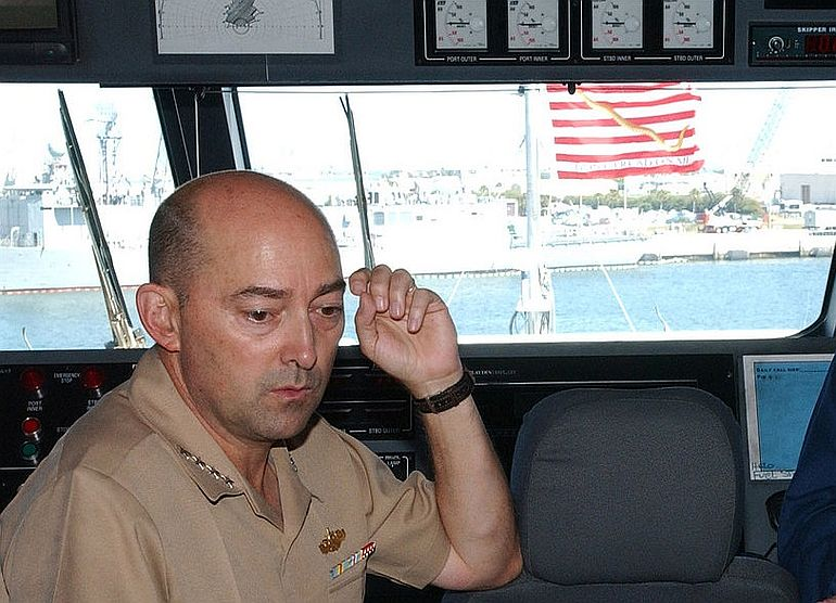 O almirante James Stavridis na ponte do catamarã de alta velocidade USS SWIFT, HSV 2. (foto US Navy, Daniel Gay)