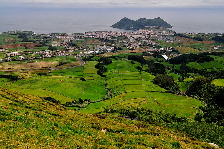 Vista da Serra do Morião, Angra do Heroísmo e Monte Brasil, como que mergulham no Oceano Atlântico, imagem perfeita da nossa centralidade Atlântica (foto Paulo Silva)