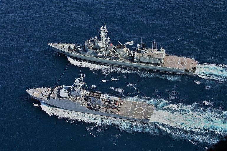 A fragata NRP BARTOLOMEU DIAS e o navio patrulha oceânico APA, das Marinha Portuguesa e do Brasil, em exercícios conjuntos no Golfo da Guiné (foto MGP)