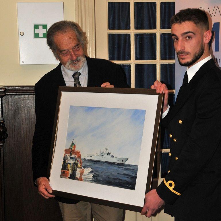 O pintor madeirense Fernando Lemos Gomes e o Guarda-marinha Mirrado Gaspar do NRP FIGUEIRA DA FOZ com a aguarela oferecida ao navio (foto Luís Miguel Correia)