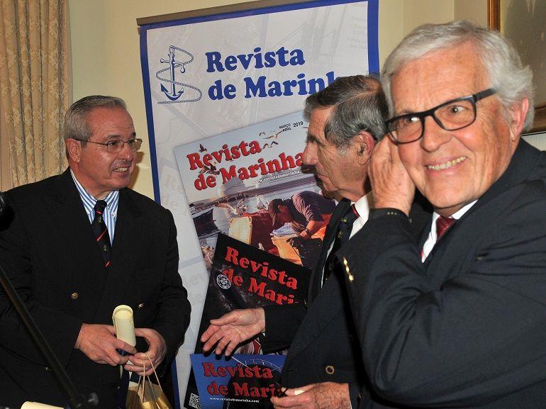 O Dr. Eduardo de Almeida Faria, recebendo o prémio das mãos do Cmdt. Temes de Oliveira, na presença do Eng. Agostinho Paiva de Oliveira (foto Luís Miguel Correia)