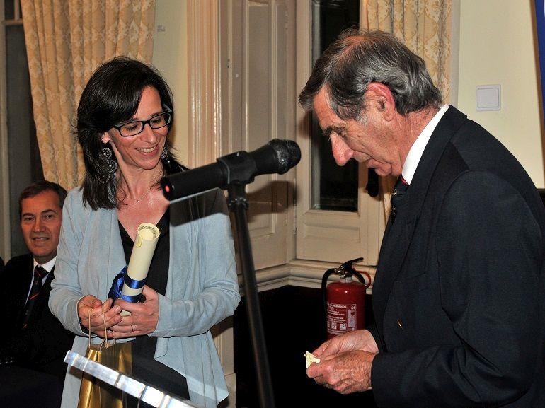 O Cmdt. Temes de Oliveira, presidente do júri, entregando o prémio à filha do Almirante Pires Neves (foto Luís Miguel Correia)