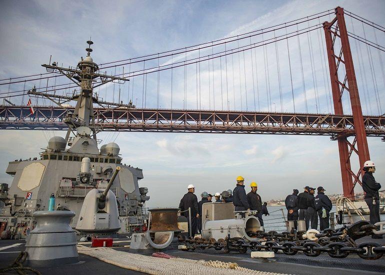 O contra-torpedeiro norte-americano USS STOUT a entrar o porto de Lisboa. A classe ARLEIGH BURKE tem 67 navios de 82 planeados (foto US Navy, Bill Dodge)