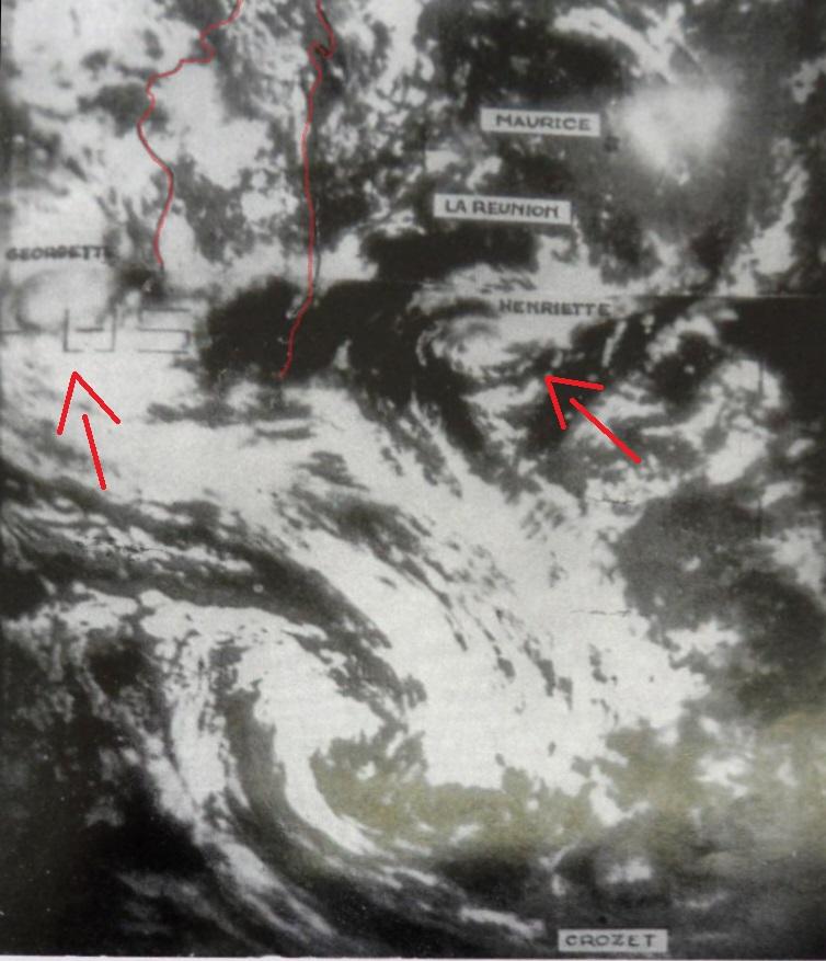 O sistema Georgette no canal de moçambique na parte superior esquerda da imagem, e do lado direito, o sistema Henriette (imagem obtida a 25 de janeiro de 1968 pelo satélite ESSA VI)