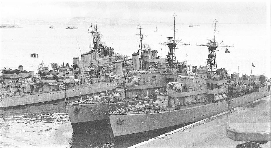 As fragatas ÁLVARES CABRAL e PACHECO PEREIRA atracadas de braço dado, provavelmente no final de 1959, pouco depois da sua chegada a Portugal (imagem arquivo Revista de Marinha)
