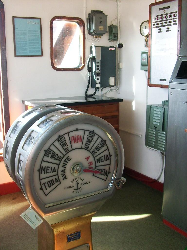 AVTF ou Avante Toda Força, é o regime mais elevado das máquinas num navio, aquela que lhe permite atingir maior velocidade. Na imagem o telégrafo das ordens para as máquinas do navio hospital GIL EANNES (imagem blog Olhares da Gracinha!)