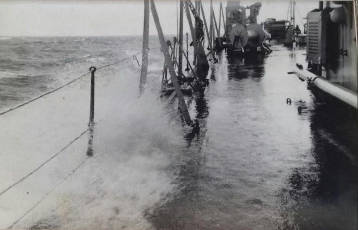O mar começa a entrar na amura de BB molhando o castelo de proa (imagem do Cor inf paraquedista Moura Calheiros)