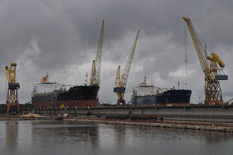 Navios em reparação no estaleiro da LISNAVE em Setúbal (foto Luís Miguel Correia)