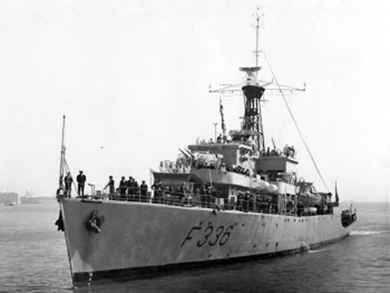 O NRP ÁLVARES CABRAL (F336) era uma fragata da classe britânica BAY. Construída no final da segunda guerra mundial, foi adquirida por Portugal em 1959, juntamente com mais três navios da mesma classe. (foto Museu de Marinha)