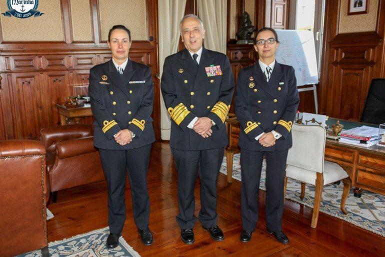 As primeiras comandantes de NPO, Mónica Martins e Vânia Carvalho, com o então ALM CEMA António Silva Ribeiro, em dezembro de 2017 (foto Marinha Portuguesa))