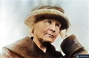 Marie Curie em 1921, foi a primeira mulher a ser laureada com um Prêmio Nobel e a primeira pessoa e única mulher a ganhar o prêmio duas vez (imagem colorida digitalmente)