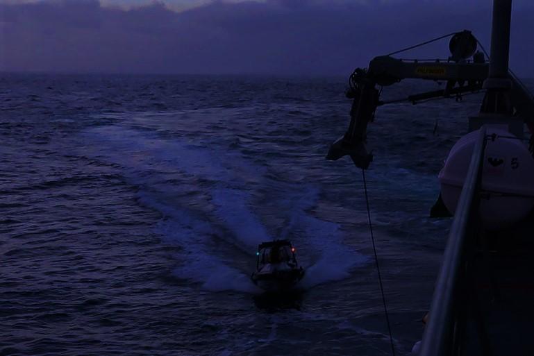 A lancha em aproximação ao NRP SETUBAL (imagem Marinha Portuguesa)