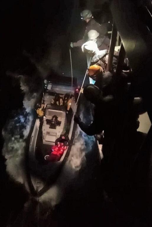 Minutos depois de recolher o náufrago das águas do oceano, a lancha de inspeção e resgate do SETÚBAL, encosta ao navio para ser içada para bordo (imagem Marinha Portuguesa)