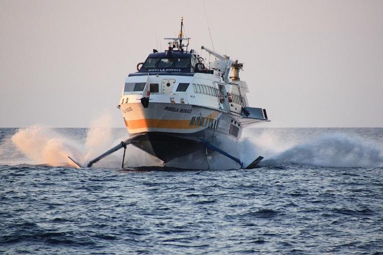 Um hidrofoil da Liberty Lines Fast Ferries, a navegar perto da Sicília (imagem de TREKANDCO por Pixabay)