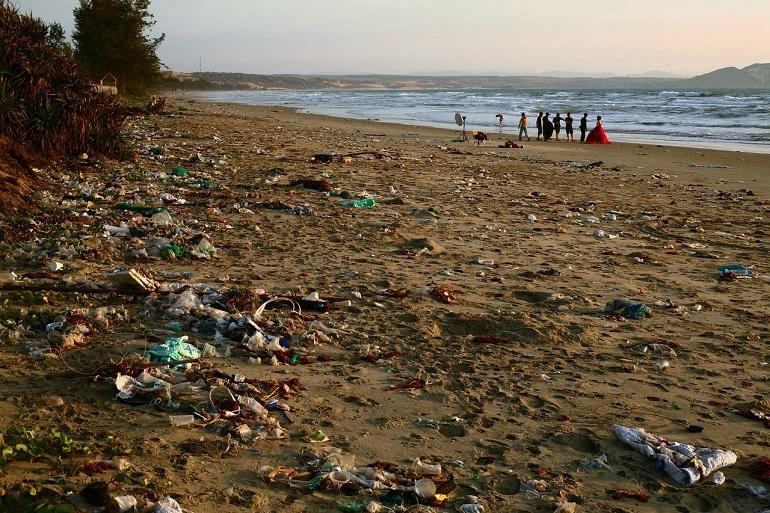 Lixo à beira mar (Imagem de Sergei Tokmakov por Pixabay )