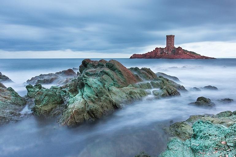 Île d'or perto de S. Raphael, na costa Sul da França, uma das ilhas que serviu de inspiração à Ilha Negra de Hergé (imagem Loïc Bigard via wikimedia commons)